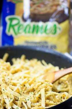 ¡Nos encantan estos fideos de mantequilla de ajo! Tan simple y total comida reconfortante.