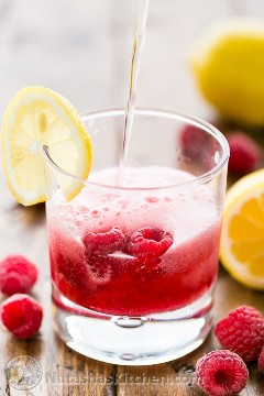 Limonada de frambuesa espumosa (use frambuesas frescas o congeladas). Fácil de guisante y el jarabe se puede hacer de antemano! @NatashasKitchen
