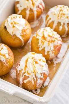Manzanas asadas rellenas con crema batida y salsa de caramelo