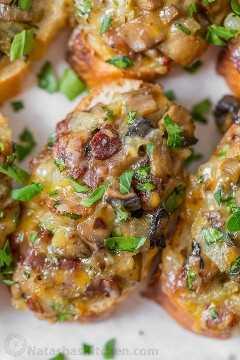 ¡El sándwich de champiñones y tocino con queso se derrite con la opción de preparar! Champiñones, queso y tocino son una combinación ganadora. ¡Estos hongos derriten la mosca del plato! El   natashaskitchen.com