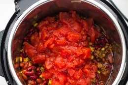 olla a presión chile de pavo en la olla instantánea con tomates en la parte superior