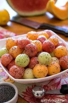 Bolas de melón con aderezo de semillas de amapola: un festín familiar