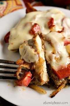 Derretidos de tocino y pimiento de pollo: ¡pollo tierno frito en capas con pimientos asados, tocino y queso! Una comida fácil y deliciosa entre semana.