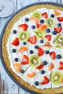 Prepare esta deliciosa pizza de frutas com biscoitos de açúcar e você não ficará desapontado! Esta receita fácil de pizza de frutas é incrível! Você vai adorar esta pizza de frutas com crosta de biscoito de açúcar. Yum! Receita de Pizza de Frutas O biscoito de açúcar será um sucesso.