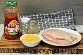 ¡Esta receta de sartén de pollo con salsa fácil es la mejor receta baja en carbohidratos! La salsa y el queso son una deliciosa receta de pollo sartén para su dieta ceto. ¡La receta de keto de salsa y pollo es muy fácil!