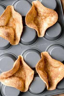 Este cuenco de tortilla de azúcar y canela casero utiliza la parte inferior de un molde para panecillos como molde para hornear y crear los cuencos más lindos. Se hacen espolvoreando canela y azúcar sobre las tortillas y horneándolas en el horno hasta que estén doradas y crujientes. ¡Puedes usarlos como tazones de helado y agregar los ingredientes que elijas!