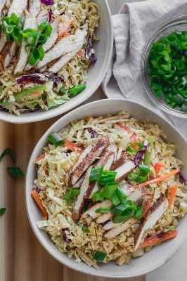 ¡Esta ensalada de pollo asiática es el tipo de ensalada que puedes comer para la cena cualquier día de la semana! Es colorido, lleno de toneladas de sabor y súper relleno, ¡no es una ensalada aburrida con seguridad! ¡Tiene un sabor fresco y dulce del crujiente repollo Napa y está hecho con ingredientes simples bajos en calorías!