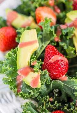 Ensalada de fresa, aguacate y col rizada con vinagreta de sidra de fresa y manzana: ¡haga de cualquier persona un amante de la col rizada en esta ensalada saludable con aguacate cremoso y bayas jugosas!