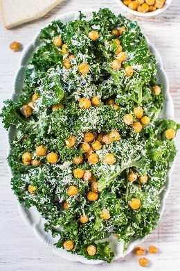 Ensalada César Kale con Garbanzos Fritos - ¡Un nuevo giro en la ensalada César con un aderezo fácil de batir cargado de sabor intenso! ¡No te perderás los picatostes cuando tengas garbanzos crujientes y crujientes que son increíblemente buenos!