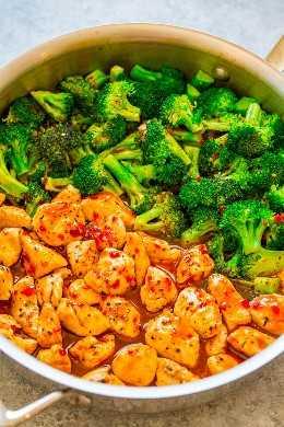 15 minutos de pollo a la naranja con chile y brócoli: ¡la salsa de naranja y chile es picante, picante y dulce, todo en uno! ¡La salsa PERFECTA para animar el pollo y el brócoli! Una cena rápida y fácil con gran sabor asiático!