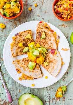 Quesadillas de maíz y frijoles aligerados con salsa de aguacate, mango y chipotle (opción vegetariana / vegana): ¡no tiene que descarrilar su dieta para disfrutar de una comida reconfortante abundante y satisfactoria! ¡Esta versión tiene solo alrededor de 300 calorías y está lista en 15 minutos!