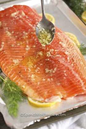 Filete de salmón cubierto con mantequilla de ajo.
