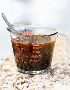 Melaço e água em uma jarra