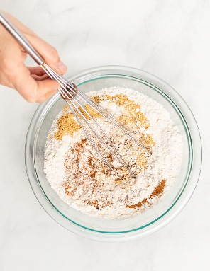 Ingredientes secos para bolo de gengibre em uma tigela