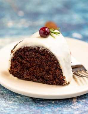 Uma fatia de bolo de gengibre vegan em um prato