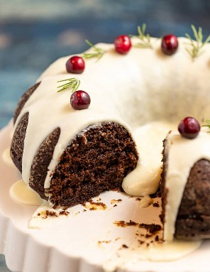 Um bolo de gengibre vegano fatiado, mostrando a migalha interna