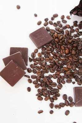 cuadrados de chocolate y granos de café