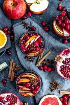 """Sangría de vino tinto de invierno en tres copas de vino sin tallo llenas de naranjas, pomelos, manzanas, arándanos, semillas de granada y especias. """"Width ="""" 600 """"height ="""" 900 """"data-pin-description ="""" Esta receta fácil para la sangría de vino tinto de invierno está hecho con vino tinto, especias cálidas como canela, clavo y anís estrellado, y el brillante sabor cítrico de pomelo y naranja. Es un hermoso cóctel navideño adornado con semillas de granada y arándanos frescos. Agregue un poco de agua con gas para uno de los MEJORES cócteles de invierno para Navidad o Año Nuevo. #christmas #cocktails #newyearseve #sangria #sangriarecipe #christmascocktails #homemadeinterest """"srcset ="""" https://juegoscocinarpasteleria.org/wp-content/uploads/2020/02/1581902404_521_Sangria-de-vino-tinto-de-invierno.jpg 600w, https : //i2.wp.com/homemadeinterest.com/wp-content/uploads/2018/12/Winter-Sangria_1-200x300.jpg 200w """"datos-tamaños ="""" (ancho máximo: 600px) 100vw, 600px"""