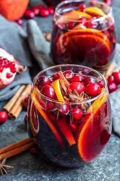 """Sangría de vino tinto de invierno rodeada de semillas de granada y especias enteras """"width ="""" 600 """"height ="""" 900 """"data-pin-description ="""" Esta receta fácil de sangría de vino tinto de invierno está hecha con vino tinto, especias cálidas como canela, clavo de olor , y anís estrellado, y el brillante sabor cítrico de pomelo y naranja. Es un hermoso cóctel navideño adornado con semillas de granada y arándanos frescos. Agregue un poco de agua con gas para uno de los MEJORES cócteles de invierno para Navidad o Año Nuevo. #christmas #cocktails #newyearseve #sangria #sangriarecipe #christmascocktails #homemadeinterest """"srcset ="""" https://juegoscocinarpasteleria.org/wp-content/uploads/2020/02/1581902405_718_Sangria-de-vino-tinto-de-invierno.jpg 600w, https : //i2.wp.com/homemadeinterest.com/wp-content/uploads/2018/12/Winter-Sangria_5-200x300.jpg 200w """"datos-tamaños ="""" (ancho máximo: 600px) 100vw, 600px"""