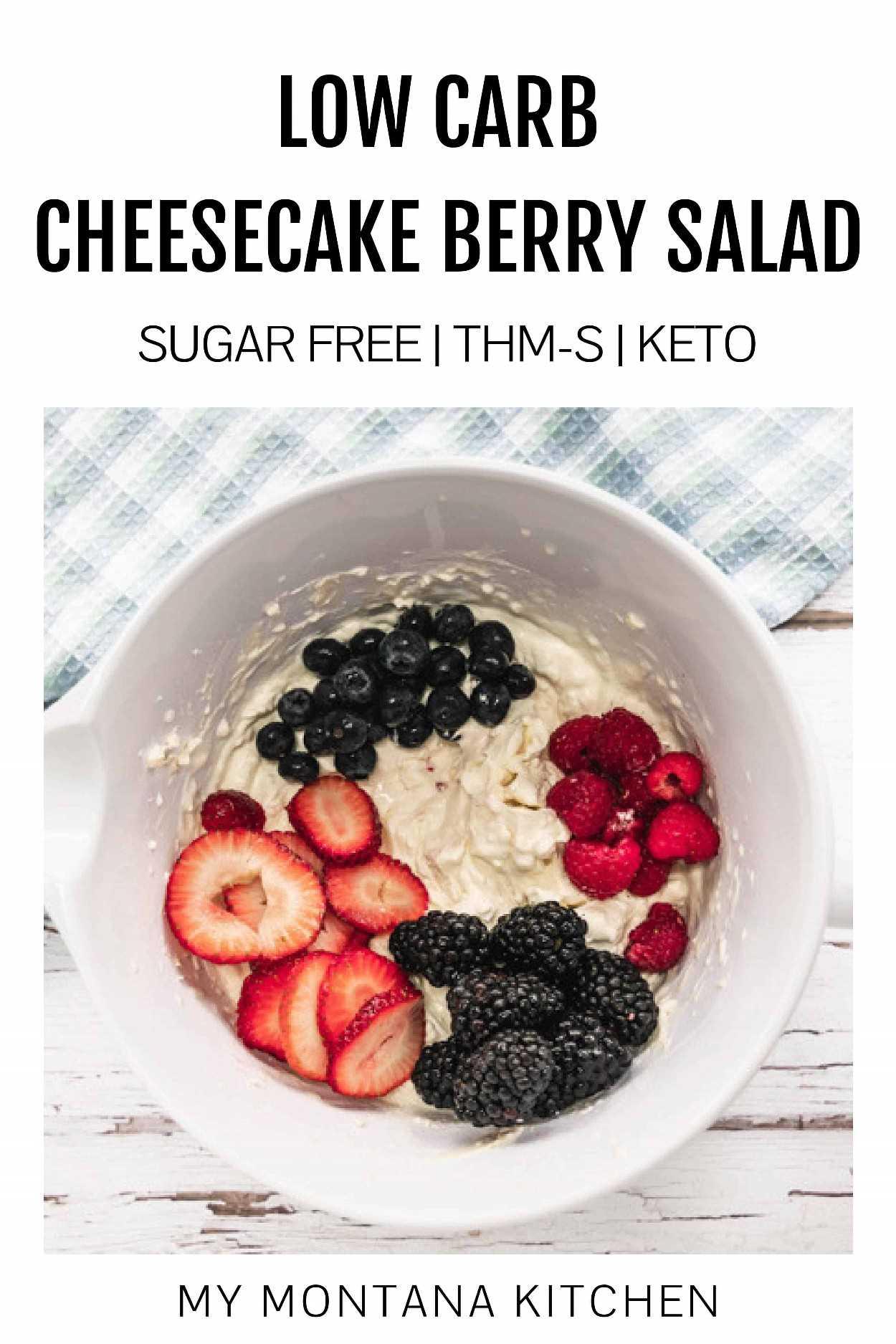 """Esta receita fácil de Salada de Cheesecake Berry funciona para ceto, THM e também é livre de açúcar. Frutas frescas envoltas em """"buço"""" de queijo são uma ótima sobremesa ou enfeite! #cheesecakeberrysalad #thm #keto"""