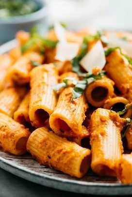 Detalle de la vista lateral de salsa de pasta cremosa con pasta rigatoni.