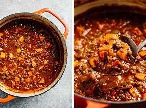 Un horno holandés lleno de chile entero sano.
