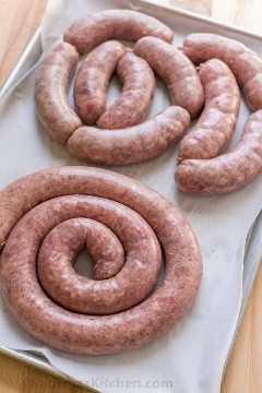 Aprende a hacer salchichas caseras con esta receta de VIDEO. La salchicha casera es una excelente manera de usar cortes de carne menos costosos. ¡La mejor receta de kielbasa! El   natashaskitchen.com