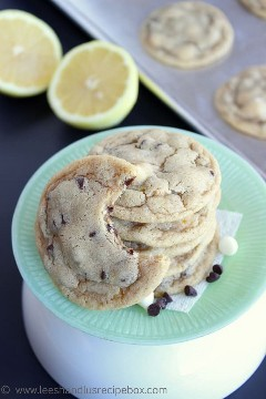 Cookies with pieces of chocolate and lemon