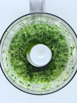 cebola picada e alho e salsa no mini processador de alimentos