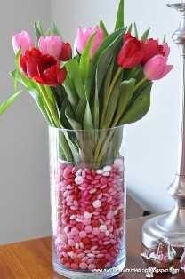 """decoración del día de San Valentín """"width ="""" 400 """"height ="""" 603 """"srcset ="""" https://juegoscocinarpasteleria.org/wp-content/uploads/2020/02/1582057807_462_Ideas-de-decoracion-del-dia-de-San-Valentin-que-te.jpg 522w, https: // juelzjohn.com/wp-content/uploads/2018/12/valentines-day-decor-1-300x452.jpg 300w """"tamaños ="""" (ancho máximo: 400px) 100vw, 400px """"data-pin-url ="""" https: //juelzjohn.com/valentines-day-decor/ """"data-pin-media ="""" https://juegoscocinarpasteleria.org/wp-content/uploads/2020/02/1582057807_462_Ideas-de-decoracion-del-dia-de-San-Valentin-que-te.jpg """"data- pin-description = """"decoración del día de san valentín"""" /></p> <p>Esto será un gran deleite de la multitud. Tulipanes combinados con dulces oooh sí. Tan lindo y puede servir como un regalo también. Hermosa, brillante, súper creativa, estoy literalmente obsesionada con estos colores.</p> <p>Solo tenga cuidado al hacer esto temprano si tiene pequeños, terminarán todos los dulces incluso antes del Día de San Valentín. Para esto necesitarás los tulipanes, dos jarrones uno debe ser un poco más pequeño y el dulce.</p> <p>Vea el tutorial completo en el blog Evolution of Style</p> </p> <p><strong>Decoración Valentine Mantel</strong></p> <p data-imagelightbox="""