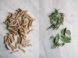 Izquierda: fideos crudos de pasta integral Gemelli en una mesa de mármol. A la derecha, romero fresco y hojas de salvia en una mesa de mármol para sazonar la pasta de hongos col rizada.