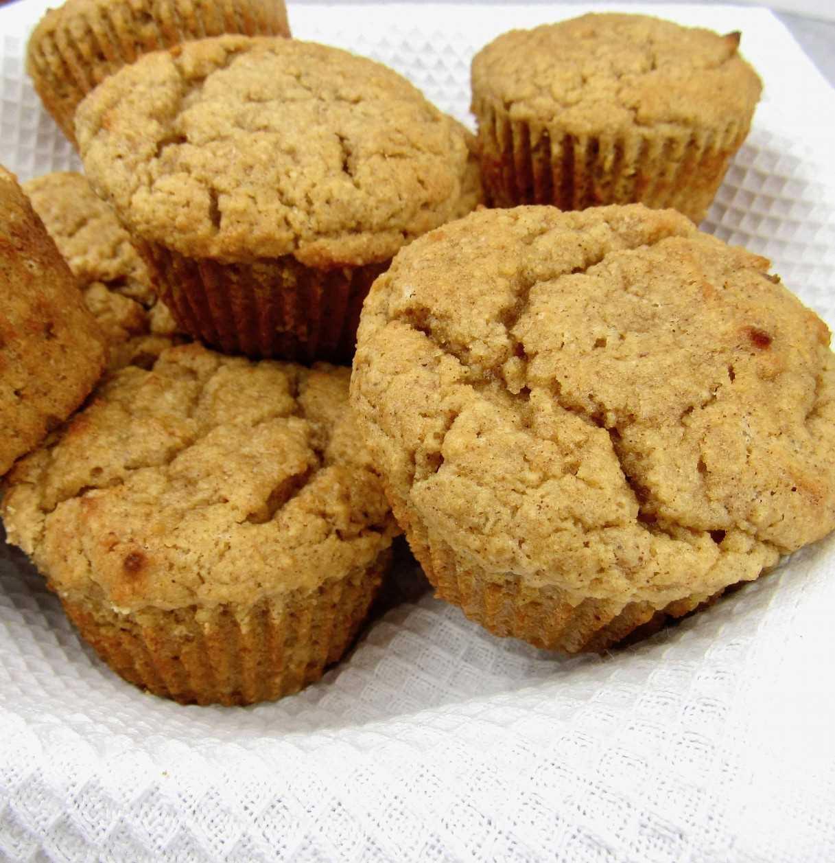 Muffins de keto simulacro de manzana en cesta closeup