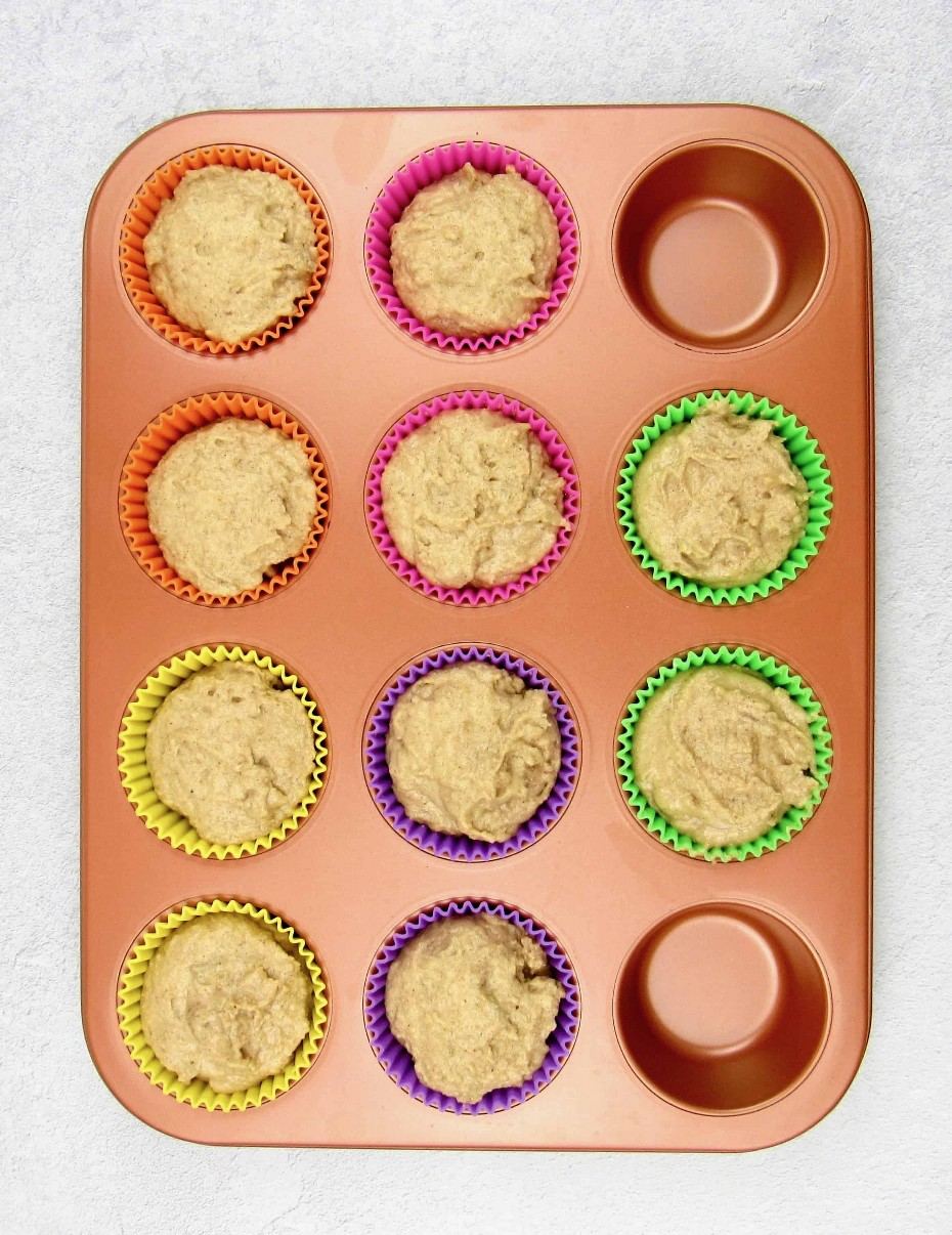 masa de muffin de manzana sin hornear en molde para muffins