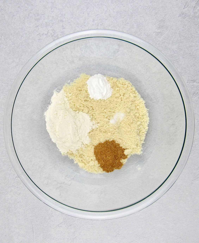magdalenas keto muffins de manzana en un tazón sin mezclar