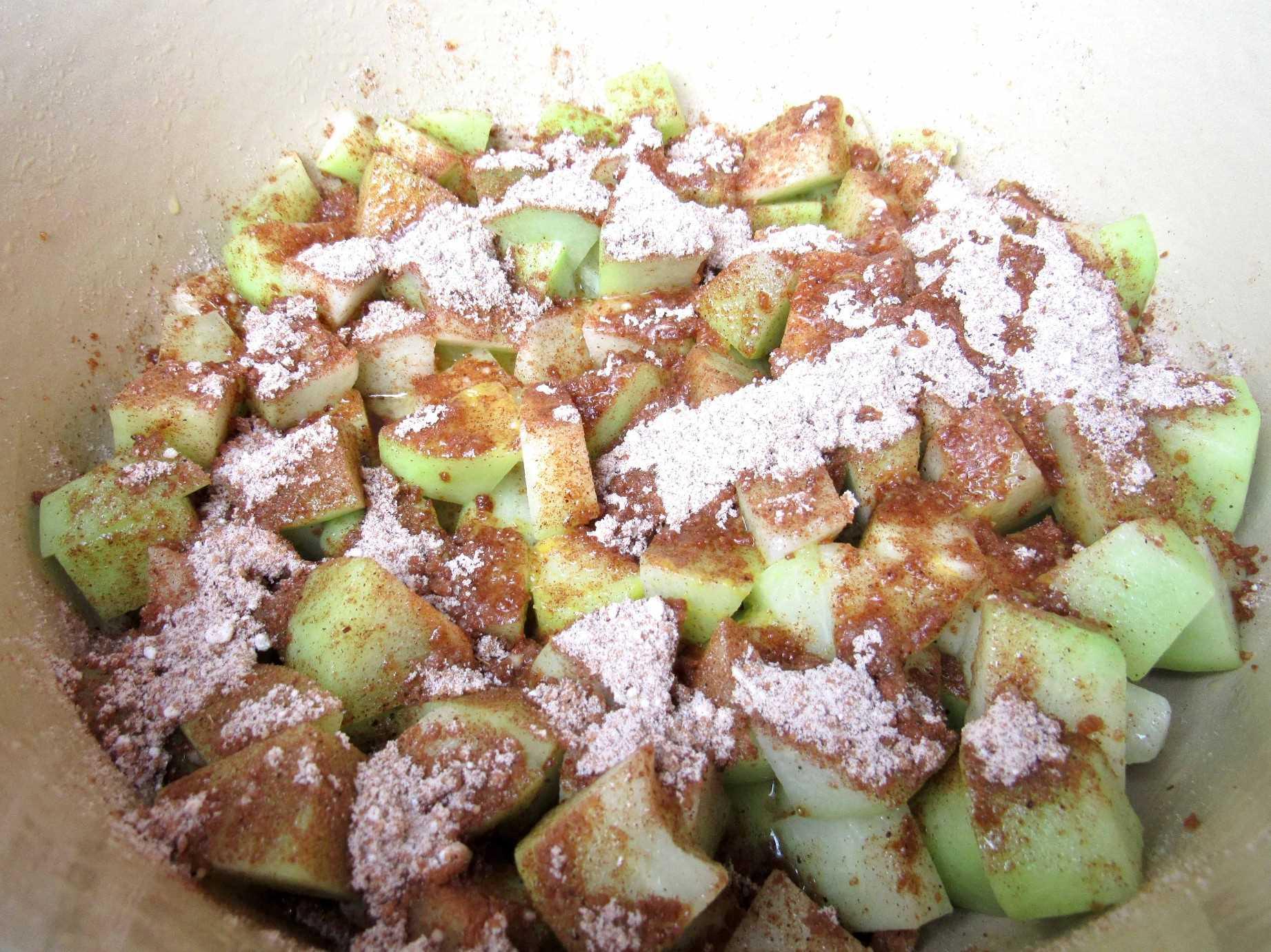 chayote en olla con mezcla de azúcar encima