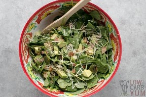 Baby Kale aguacate mezcla de parmesano en un tazón