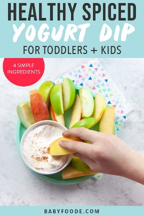 Gráfico para Post - Salsa de yogurt con especias saludables para niños pequeños + niños - 4 ingredientes simples. La imagen es de manzanas con un chapuzón en el medio con una mano de niños pequeños alcanzándola.