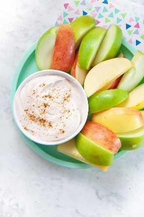 Salsa de yogurt con especias con un plato de manzanas.