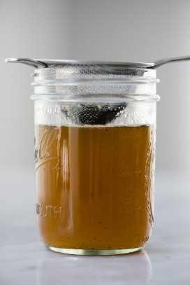 Jarabe simple de miel de menta y albahaca para limonada de albahaca fresca.