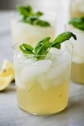 Tres vasos de paleo menta y limonada de albahaca hecha con limones frescos exprimidos y miel simple sin azúcar jarabe.