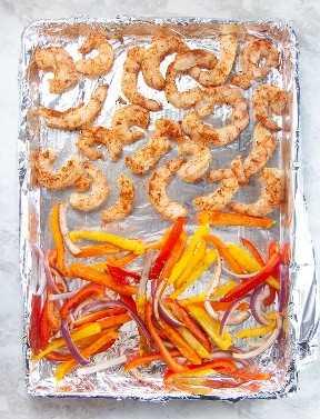 sartén con pimientos y camarones listos para cocinar.