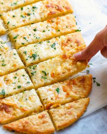 Palitos de pan Keto de cuatro quesos 2