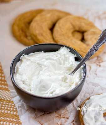 ¡Esta crema de queso crema batida keto es el complemento perfecto para los bagels de calabaza bajos en carbohidratos! #keto #lowcarb #trimhealthymama #glutenfree #sugarfree #pumpkinspice #pumpkinbagel #bagels #mymontanakitchen