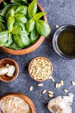 ingredientes sobre cómo hacer pesto de albahaca