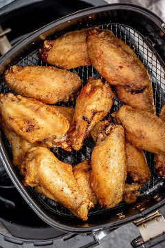 "Air Fryer Chicken Wings en una sartén de aire ""class ="" lazyload wp-image-38833 ""srcset ="" https://i2.wp.com/homemadeinterest.com/wp-content/uploads/2019/09/Air-Fryer- Chicken-Wings_step-1.jpg 600w, https://i2.wp.com/homemadeinterest.com/wp-content/uploads/2019/09/Air-Fryer-Chicken-Wings_step-1-300x450.jpg 300w ""data- tamaños = ""(ancho máximo: 600 px) 100vw, 600 px"