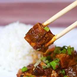 ¡Dale sabor a tu rutina de cena con este tofu chino MaPo lleno de sabor! Una versión vegetariana de una receta tradicional de Sichuan que puedes hacer en casa.