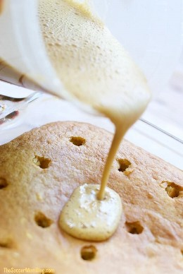 Brown Sugar Banana Pudding Poke Cake es TRIPLE bondad de plátano! Plátano real horneado en la masa, cubierto con natillas de plátano caseras y plátanos caramelizados.