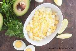 ¡Esta receta de ensalada de huevo está llena de sabores mexicanos y funciona muy bien como salsa para papas fritas o envuelta en una tortilla! #recipe #footballfood #appetizer