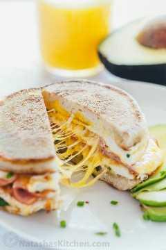 ¡Este sándwich de desayuno es cursi, jugoso, fácil y delicioso! Todo lo que necesitas son 5 minutos y 5 ingredientes. Una receta de sandwich de desayuno de una sartén con video   natashaskitchen.com