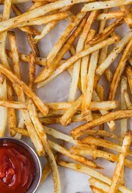 Feche acima da imagem de microplaquetas de batata e molho de tomate magros.